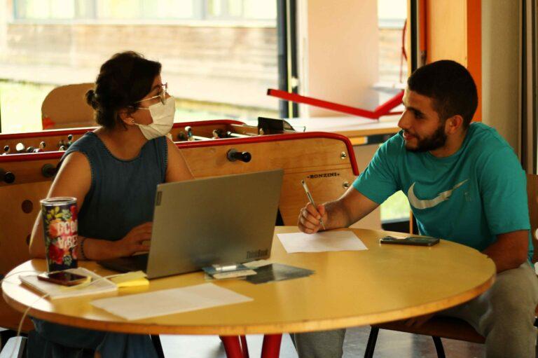 Un jeune et une médiatrice dialoguent lors de l'événement