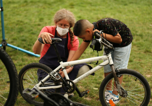 Réparation de vélos avec l'association VéloStation