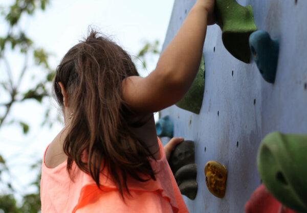 Mur d'escalade pour les enfants au parc de l'Île de France
