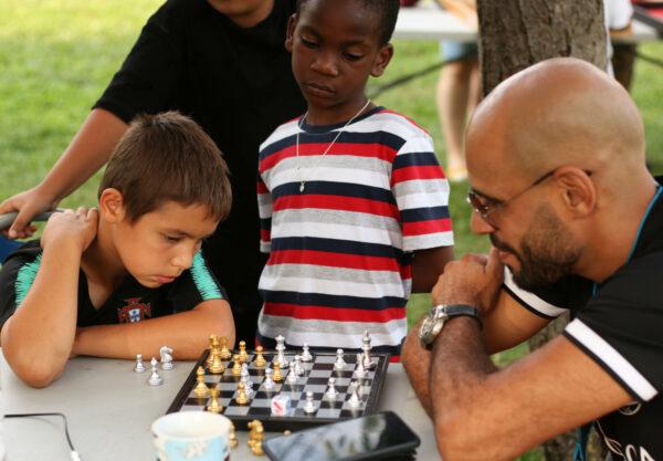Duel entre générations autour d'un jeu d'échecs